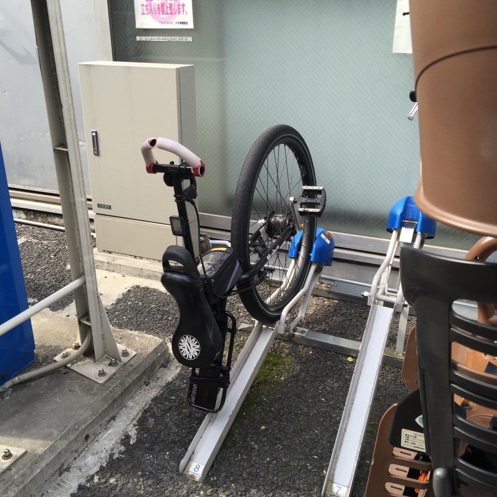 駐輪場でずいぶん大胆にパーツ盗んだなーと思ったら完成品だった。 https://t.co/1KKNpUOm2i
