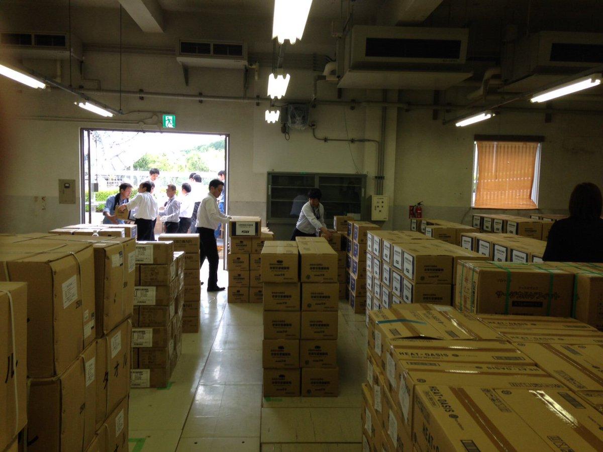 熊本県菊陽町に避難されている皆様に飲料水を送らせて頂いています。町役場に着いた物資は自衛隊隊員・現地の高校生ボランティアの皆様に荷卸しされ、役場の指示により町内10カ所の避難所(4/20現在)でお渡ししています。#熊本地震 #菊陽町 https://t.co/rCVuFuy7U2