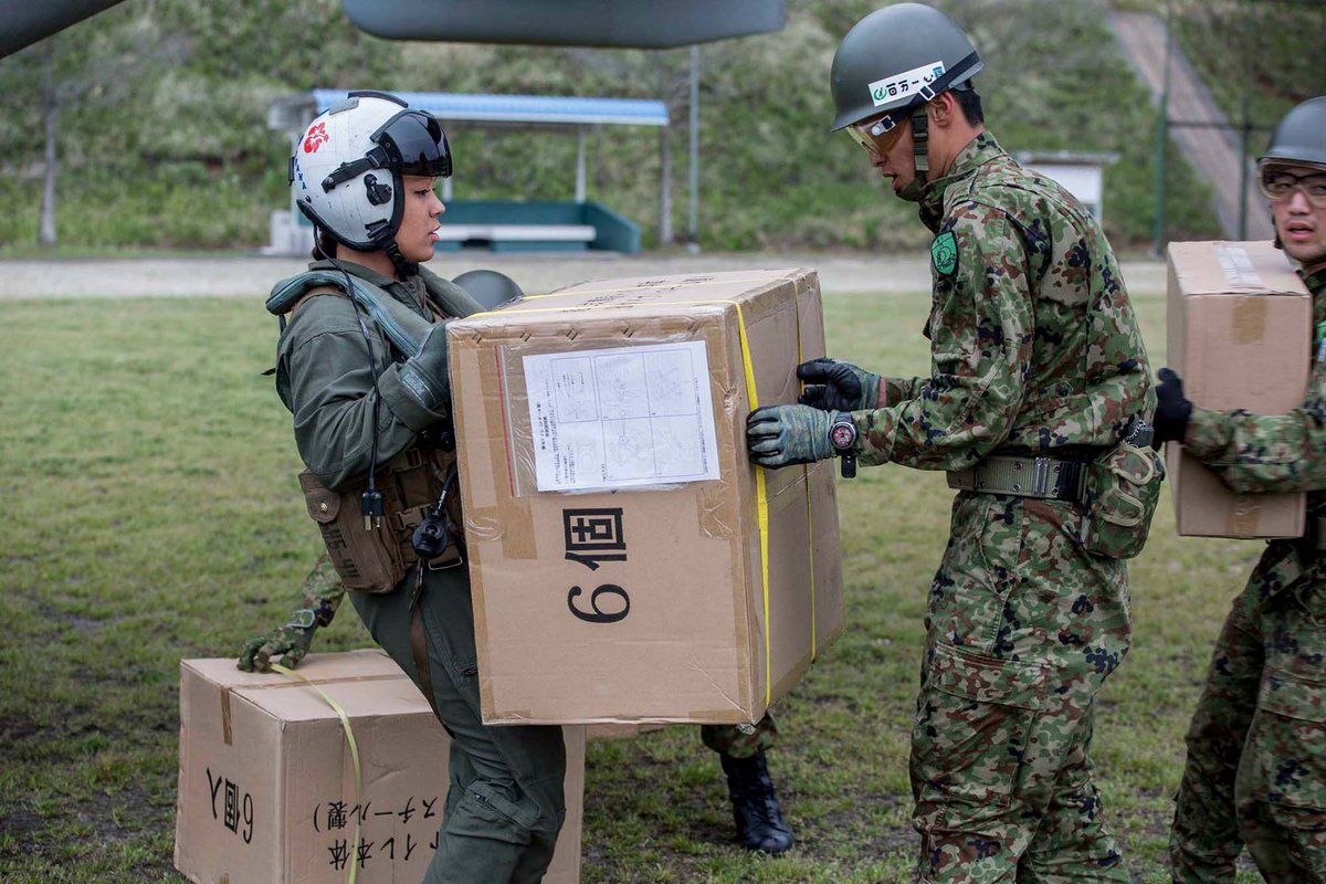 南阿蘇村から命からがら沖縄に戻った県内在住の女性が、米軍関係者に村の現状を訴え、その要望は在日米軍へ届けられ、その日の夕方には彼女の要望通り、村にテントや水などが届けられました。 https://t.co/z8eAiQ2QIH https://t.co/xbCx8RcqVh