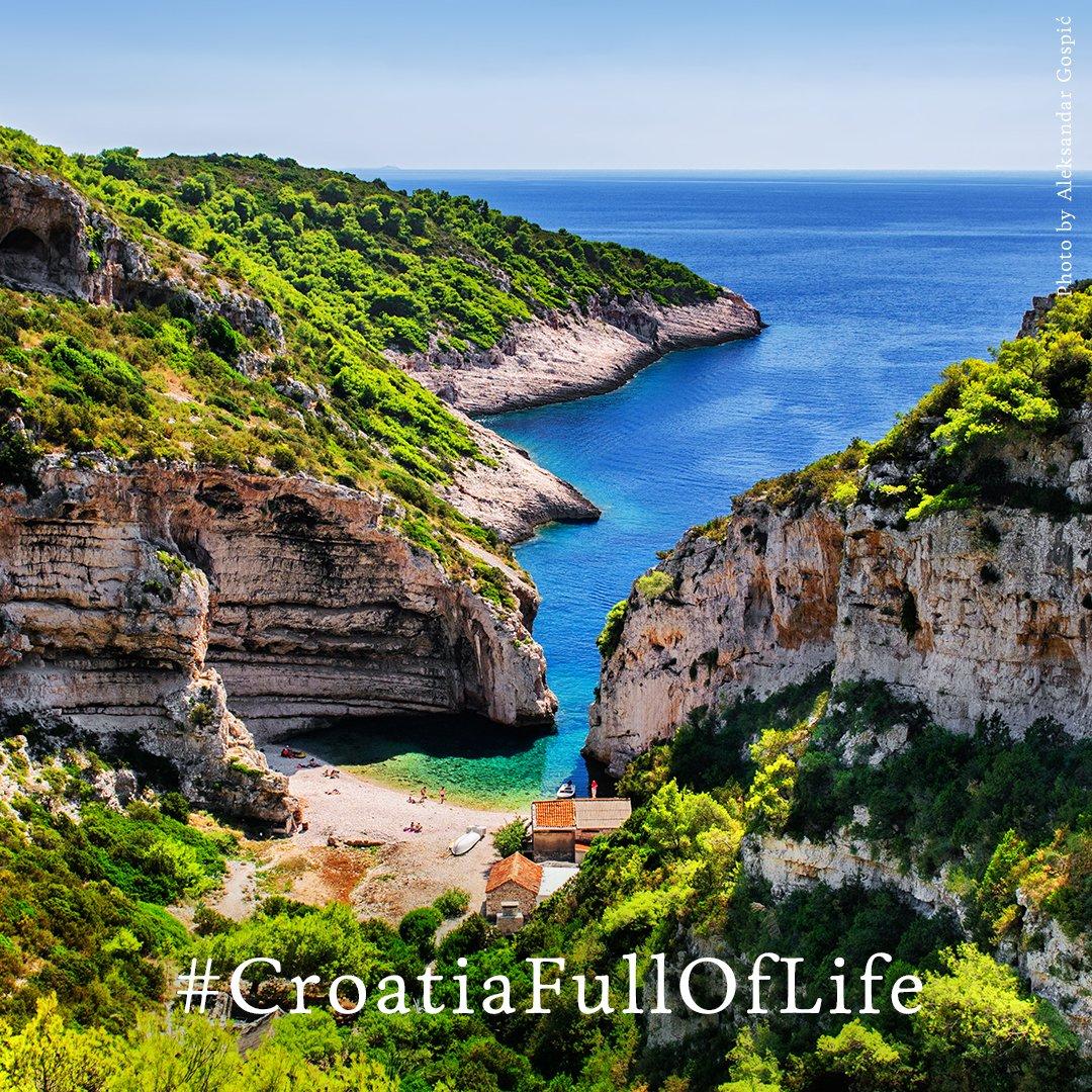 Stiniva beach is named Best beach in Europe in 2016 by #EuropeanBestDestinations! #CroatiaFullOfLife #Vis https://t.co/LgULx8Q8Fp