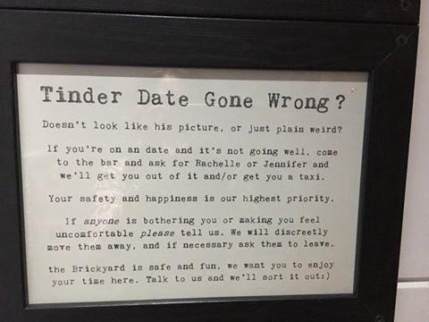 Me encontré la nota de un bar inglés que pone este letrero en el baño de mujeres.  Me encantó. ✔️ https://t.co/zzIAnSKOOY