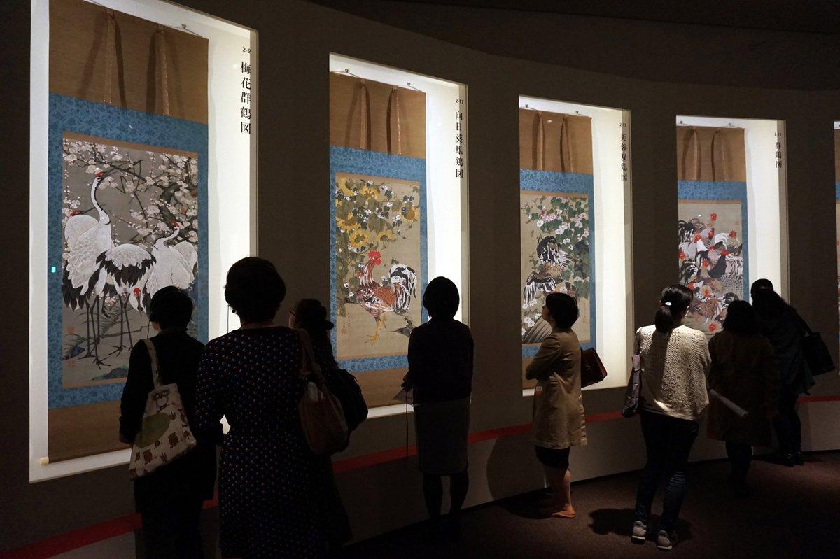 明日から上野の東京都美術館で始まる「生誕300年記念 若冲展」。若冲が京都・相国寺に寄進した「釈迦三尊像」3幅と、「動植綵絵」30幅が東京で一堂に会するのは今回が初めて。超絶技巧で描かれる花鳥の数々が一堂に並ぶ様子は圧巻です! https://t.co/qXGRjNYd0H