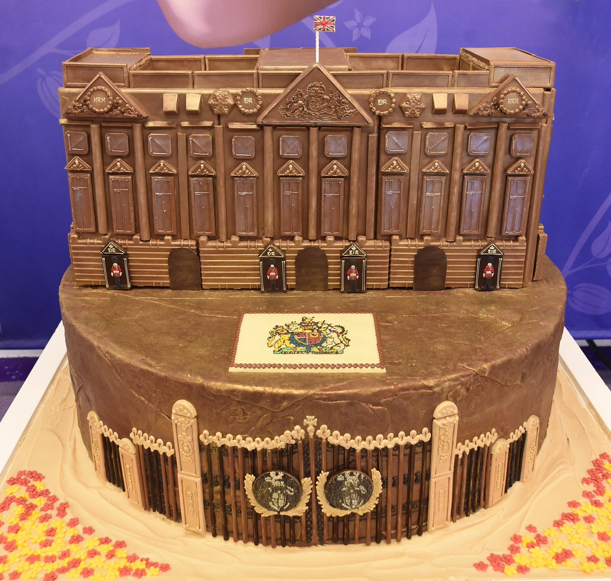 Check out our stunning chocolate replica of Buckingham Palace as we celebrate The #QueensBirthday #HMQ90 https://t.co/Y74F9UmE9z