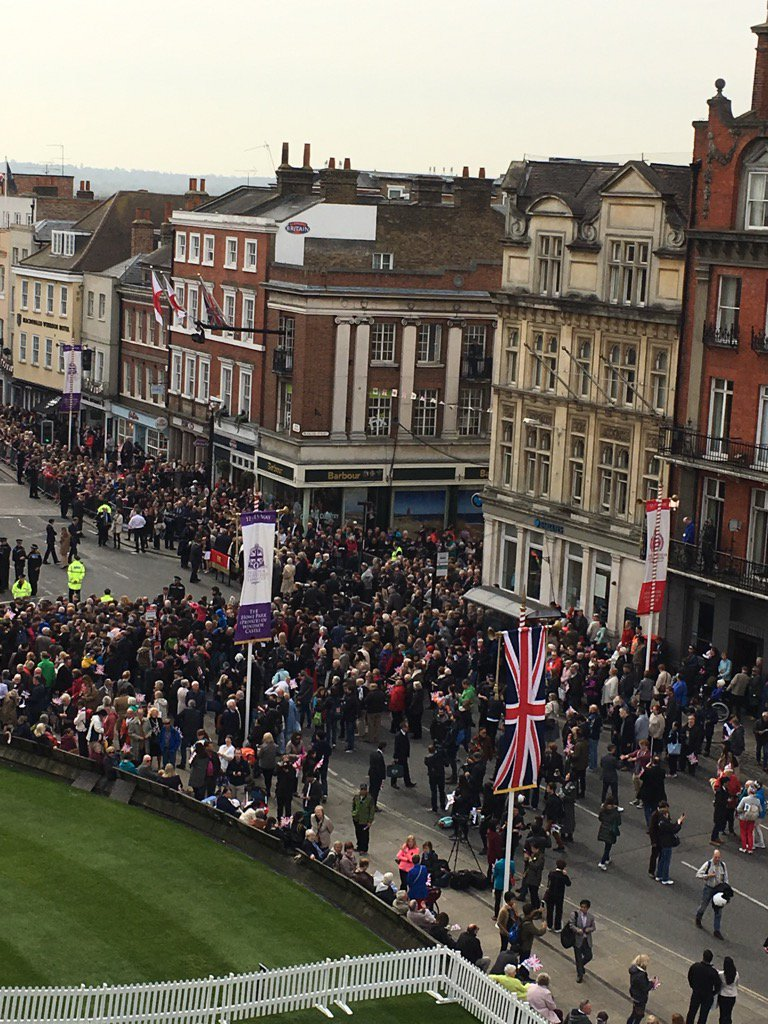 Live from #WindsorCastle for the Queen's 90th Birthday. Some well wishers have been lining the streets for days. https://t.co/T2NYbRglgh