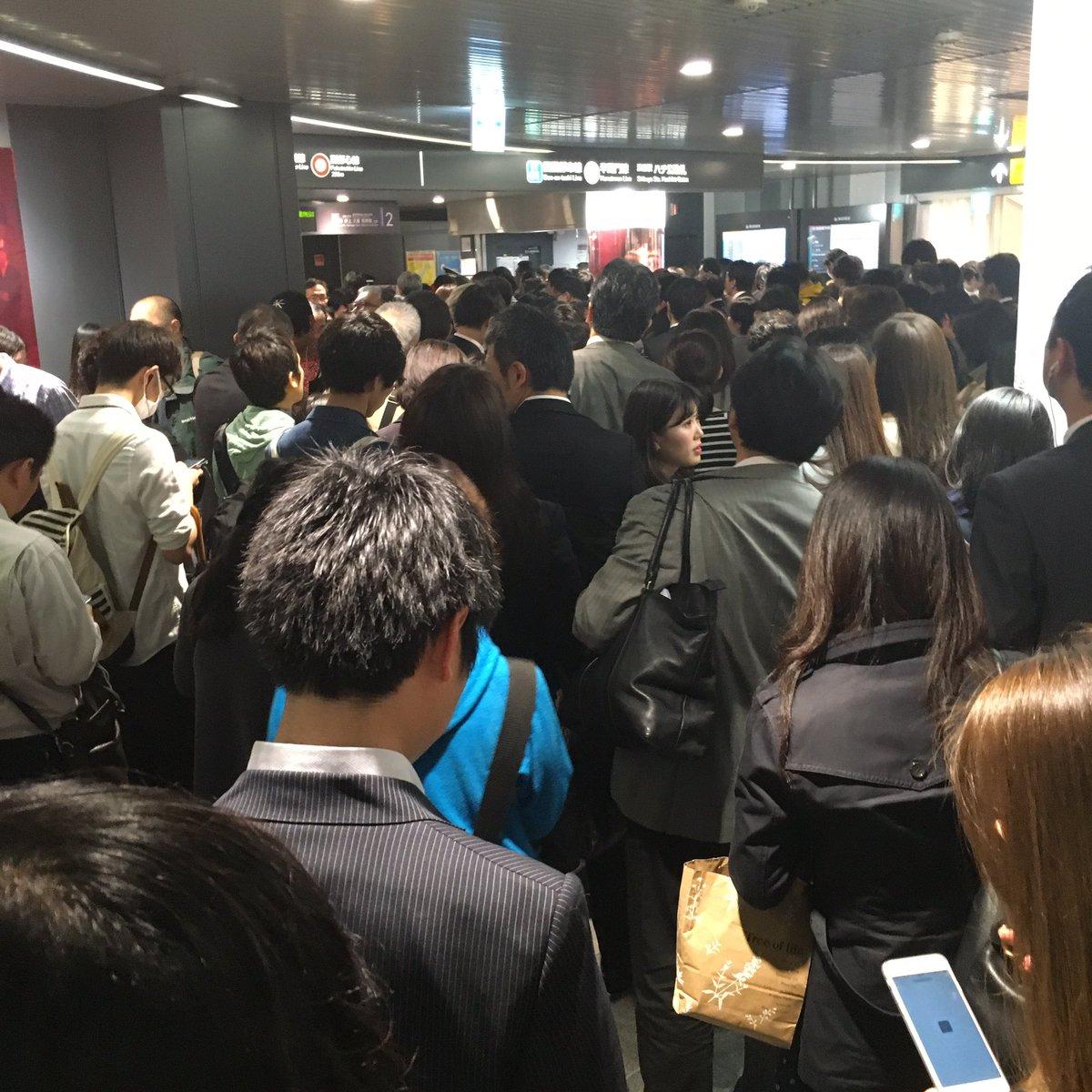 田園都市線、渋谷駅で点検のため大遅延❗️ 改札は人だかり。 #渋谷駅 #電車遅延 #田園都市線 https://t.co/TBKLyetT8K