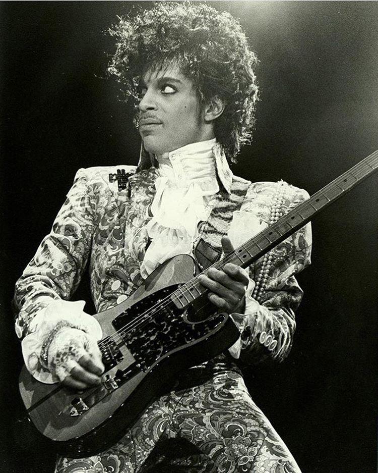 No lo podemos creer. Hoy a los 57 años, ha muerto #Prince. Descansa en paz, maestro. https://t.co/jvL0jGKQ6c