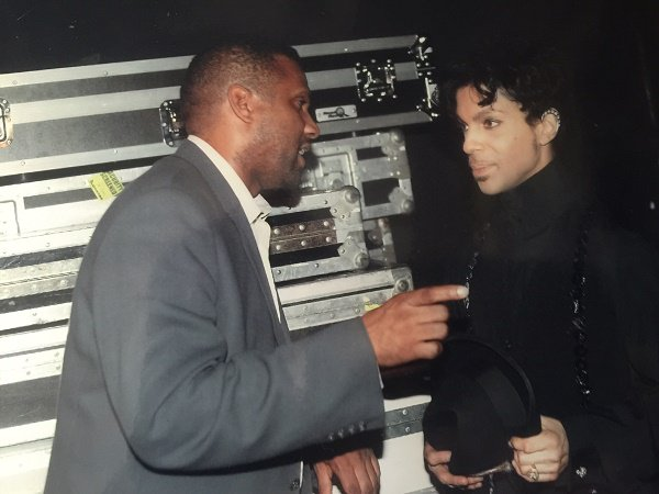 Chatting backstage in Las Vegas, and, other than his friendship, my most treasured gift from him. #Prince https://t.co/66jkVf6Y3q
