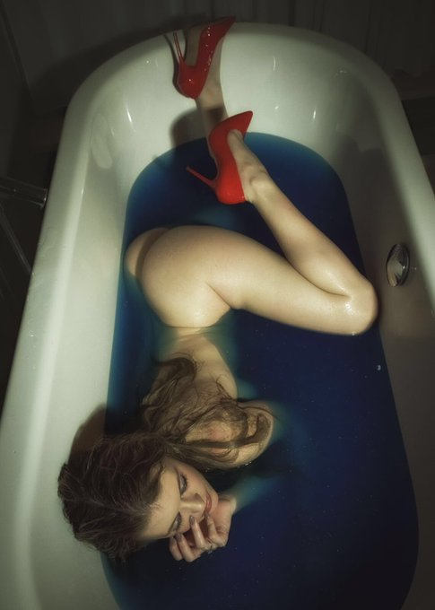 Another from my shoot Tuesday... My fav scene was the blue bath ?? #artnude #bath #blue #red #heels #naked