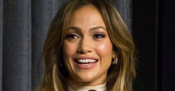 This understated off-white ensemble looks good on Jennifer Lopez: