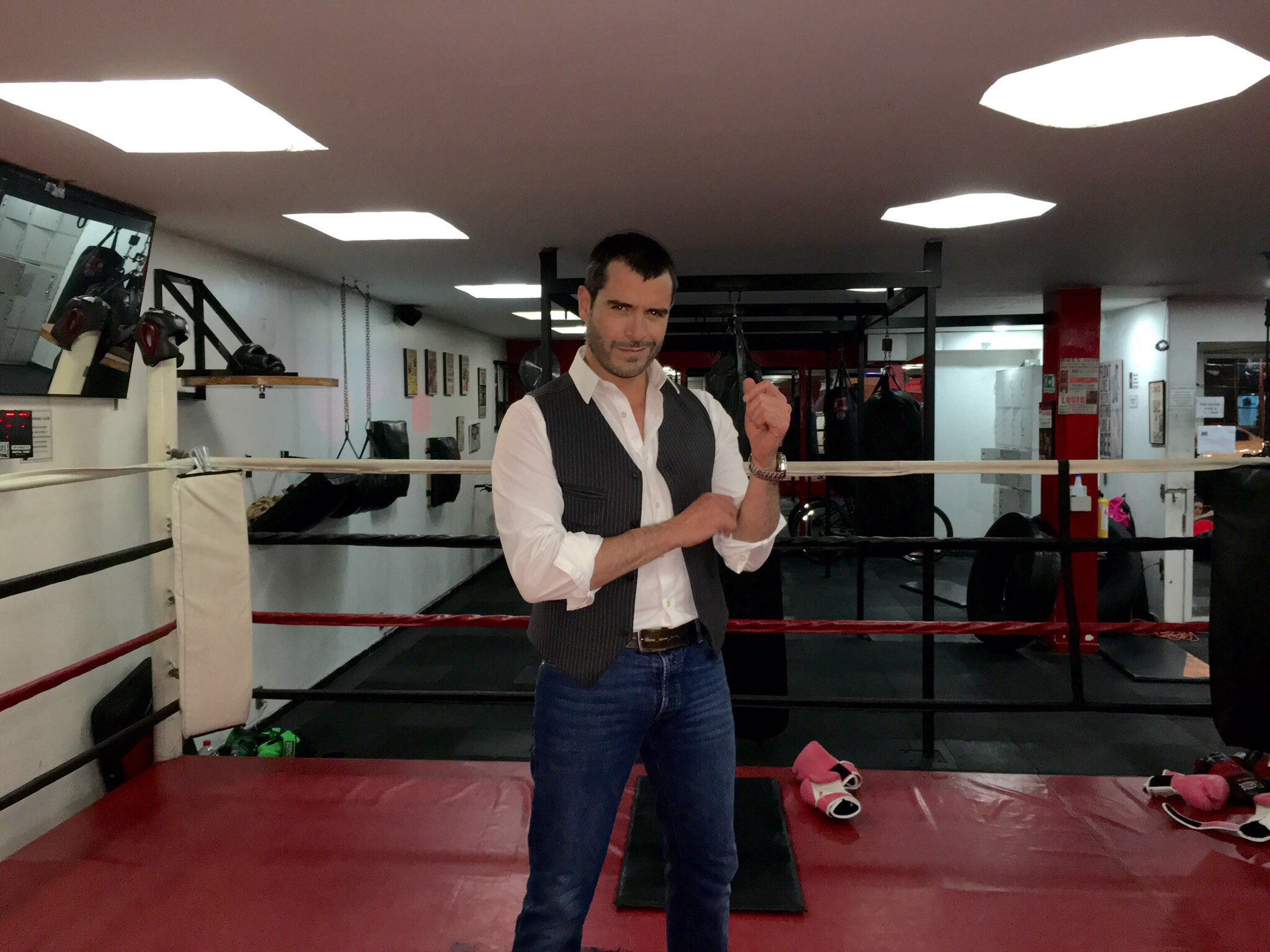#photoshoot en el #Gimnasio que esta a la vanguardia en entrenamiento físico  @inboxboxingclub NovoaRafaell 👍👊 https://t.co/fJY44ThP7d