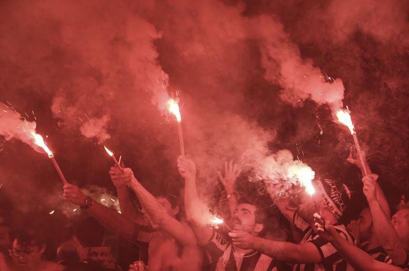 """""""Rua de fogo"""" da torcida do Atlético Mineiro. Flagra de Lara Alves é a imagem do dia https://t.co/q7LWnQH5Lh https://t.co/HWFmGXBq0y"""