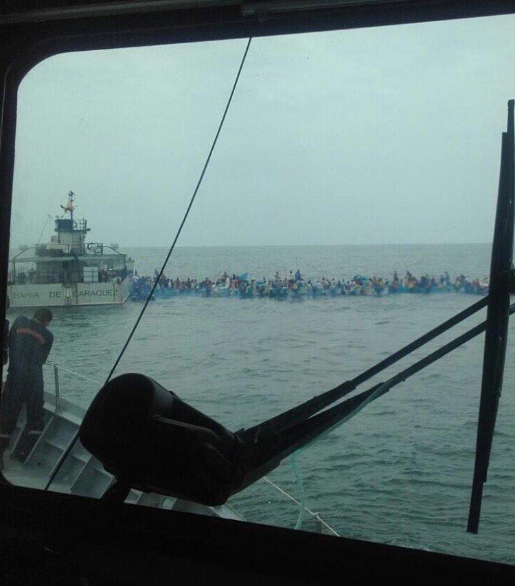 Ayuda marina y pescadores hacen cadena con sus botes para q lleguen los insumos a a orilla https://t.co/7ZpGm70cnX