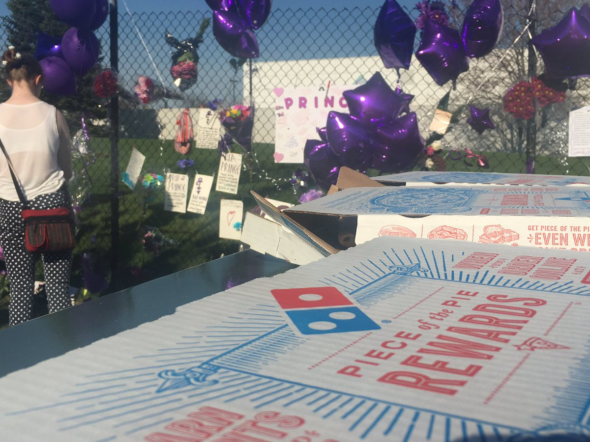 Prince's family members walked out and gave the #PaisleyPark mourners  dozens and dozens of pizzas. @kare11 #Prince https://t.co/hIDnWixmpL