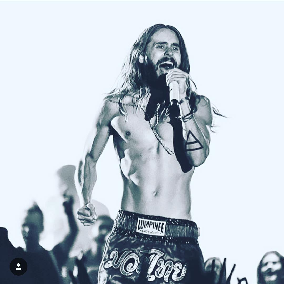 What a difference a year makes. Not sure who took this or where it was - do you? @30SECONDSTOMARS https://t.co/WUaKlUnr1r