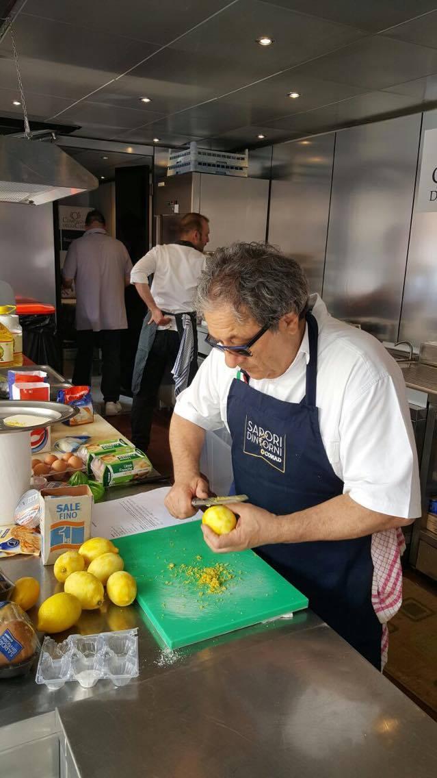 Beppe Sardi ai limoni...sta già preparando la merenda di domani per i bambini #grandeviaggio #Ferrara https://t.co/r6ozlsB6V8