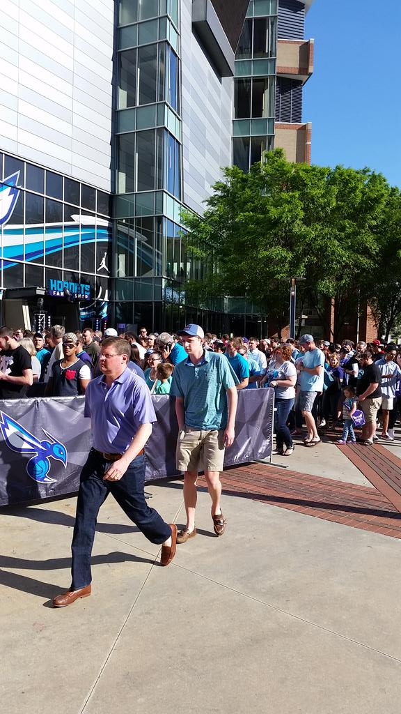 Quite the crowd outside to support our @hornets tonight! #EnterTheSwarm https://t.co/gHrd6TxDxq