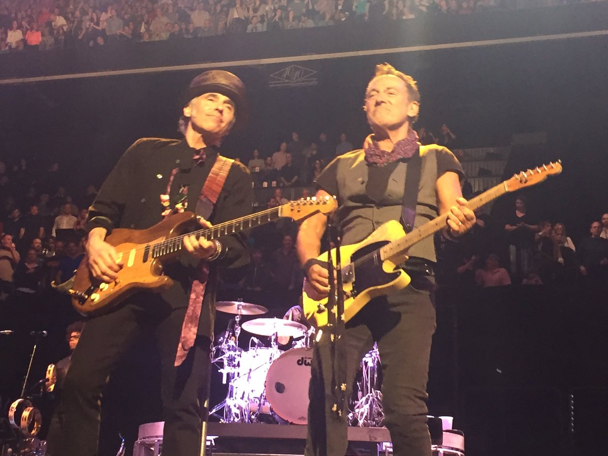 Bruce Springsteen opens with Purple Rain and dedicates tonight's Brooklyn show to Prince https://t.co/iKoHsDQECs