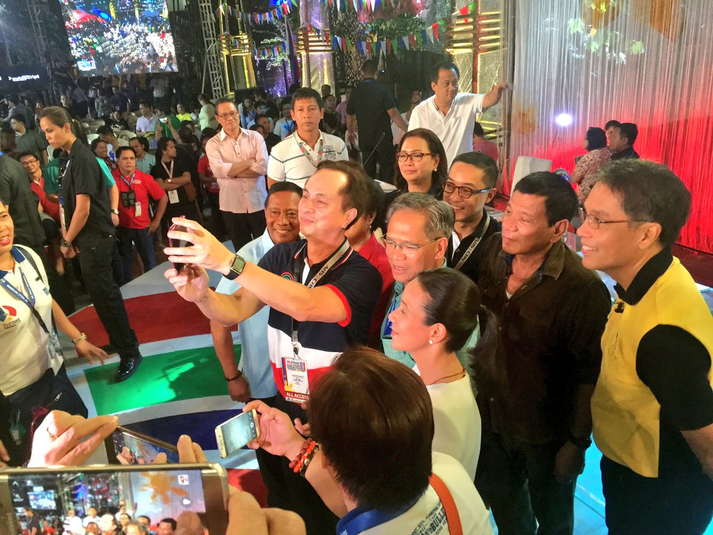 Something you probably won't see ever again: a selfie w/ all the 2016 presidential candidates #PiliPinasDebates2016 https://t.co/3kulYdOYex
