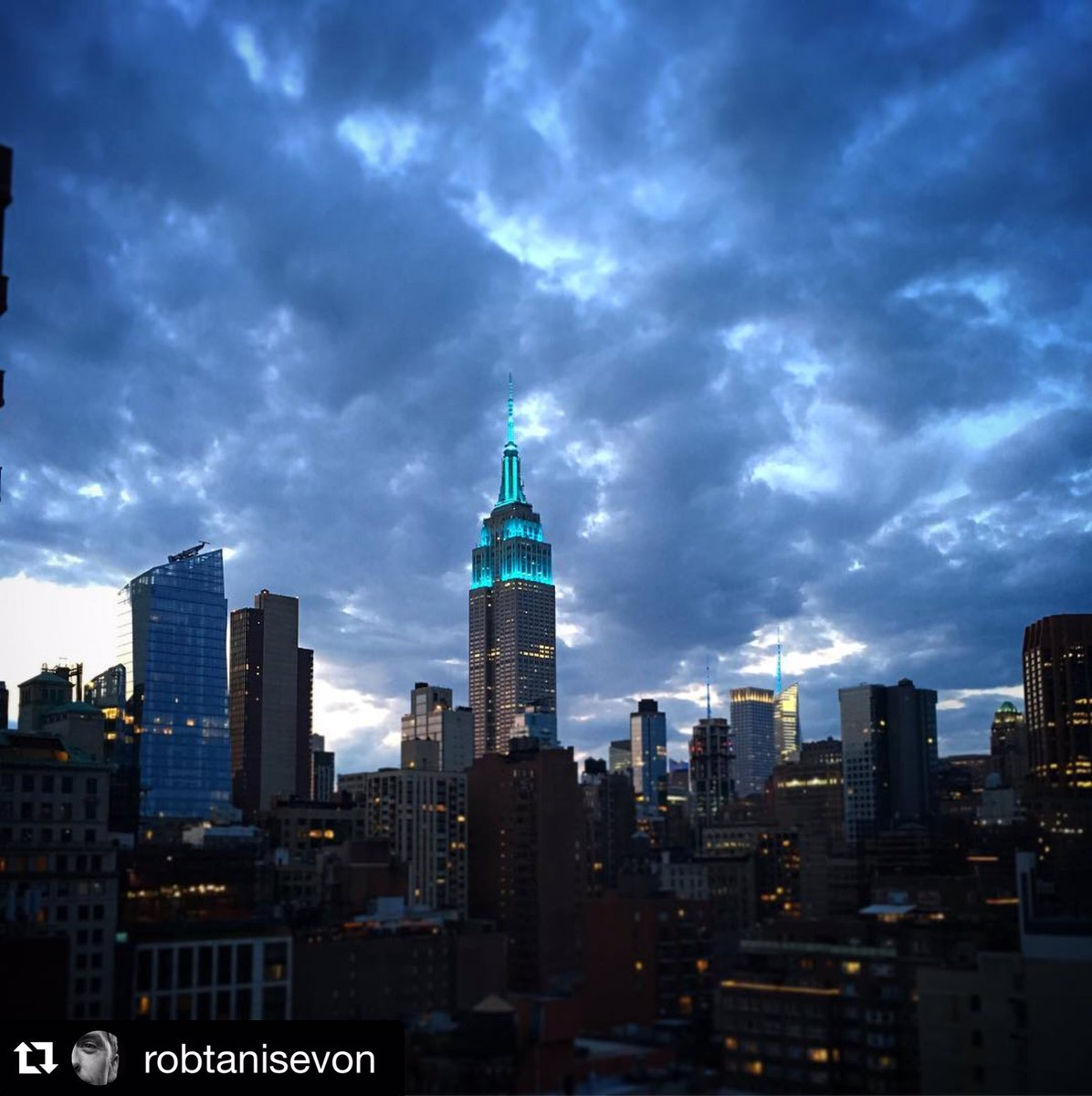 Teal lights are shining! #FoodAllergyWeek #foodallergy @EmpireStateBldg #NYC https://t.co/AahWnA8aK5