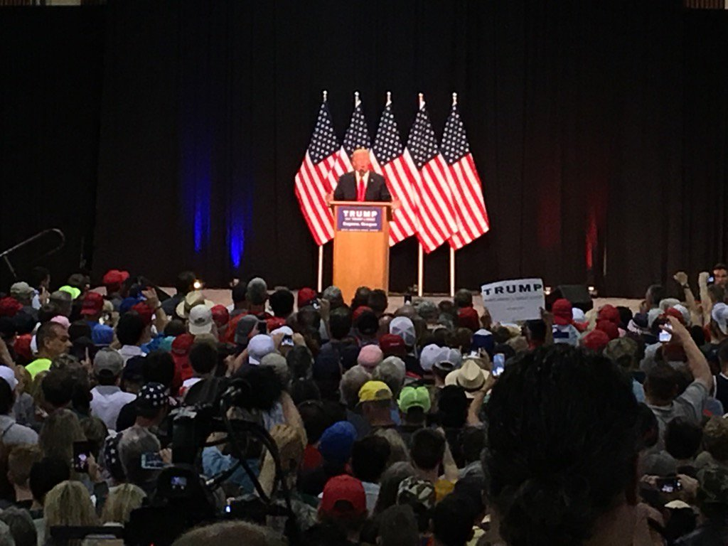 In the middle of the Trump rally in Eugene, Donald says: beautiful place; look at all these strong people #Trump2016 https://t.co/ReVNjbAuT0