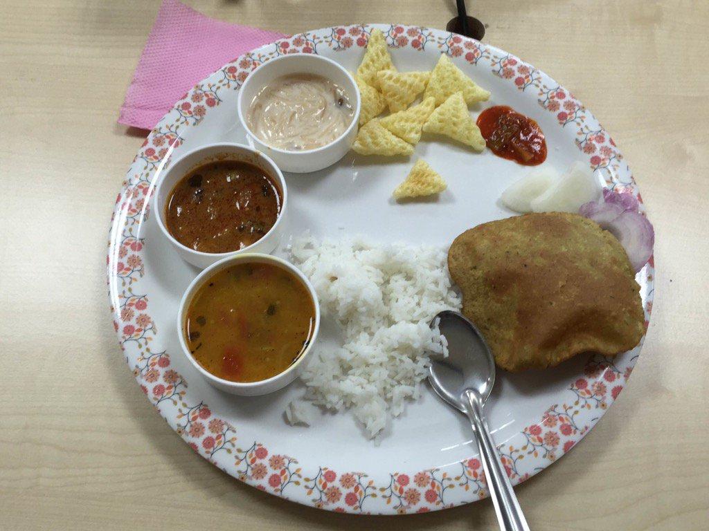 インドといえばカレーですね。写真はナグプールの研修所でランチに提供されたカレーです。食べ終わると、カレー、ナン、ライスともにわんこそばのように追加されます。食べ過ぎ注意です。 #インド#特許#特許庁#研修 https://t.co/aUTiRd6lKL