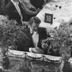 1976: Trots rökförbud vid honnörsbordet, tänder Torbjörn Fälldin, landets statsminister, sin pipa. https://t.co/6eEhPjvzFZ