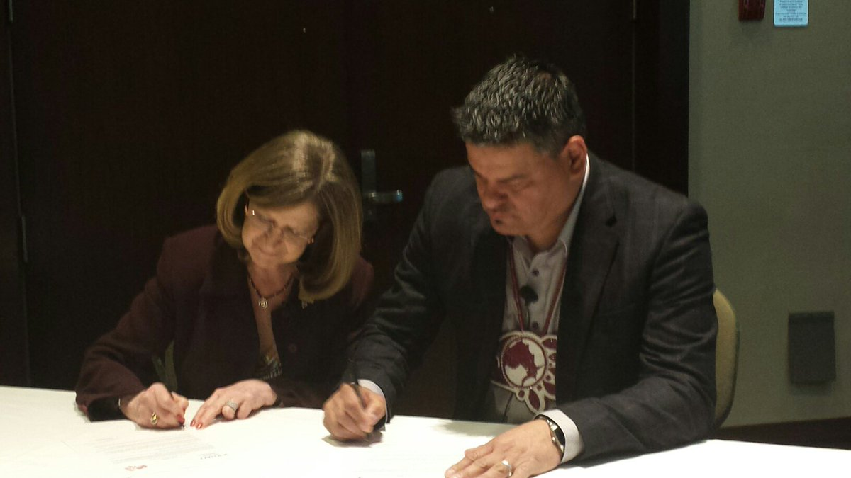 .@ChiefDay and @DorisGrinspun sign a letter of intent to begin working together for #firstnations health. #RNAOAGM https://t.co/7h8TGeQakv