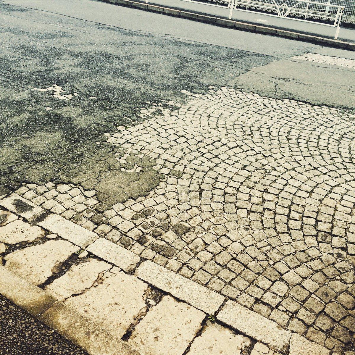 これは東京・恵比寿駅東口の坂で去年撮った写真。アスファルトの下に隠れている石畳の舗装が、あらわしになっている。イタリアやヨーロッパの山岳都市じゃないつい何十年か前の東京の道も、こんな風情だったわけです。 https://t.co/8SszeEWf9E