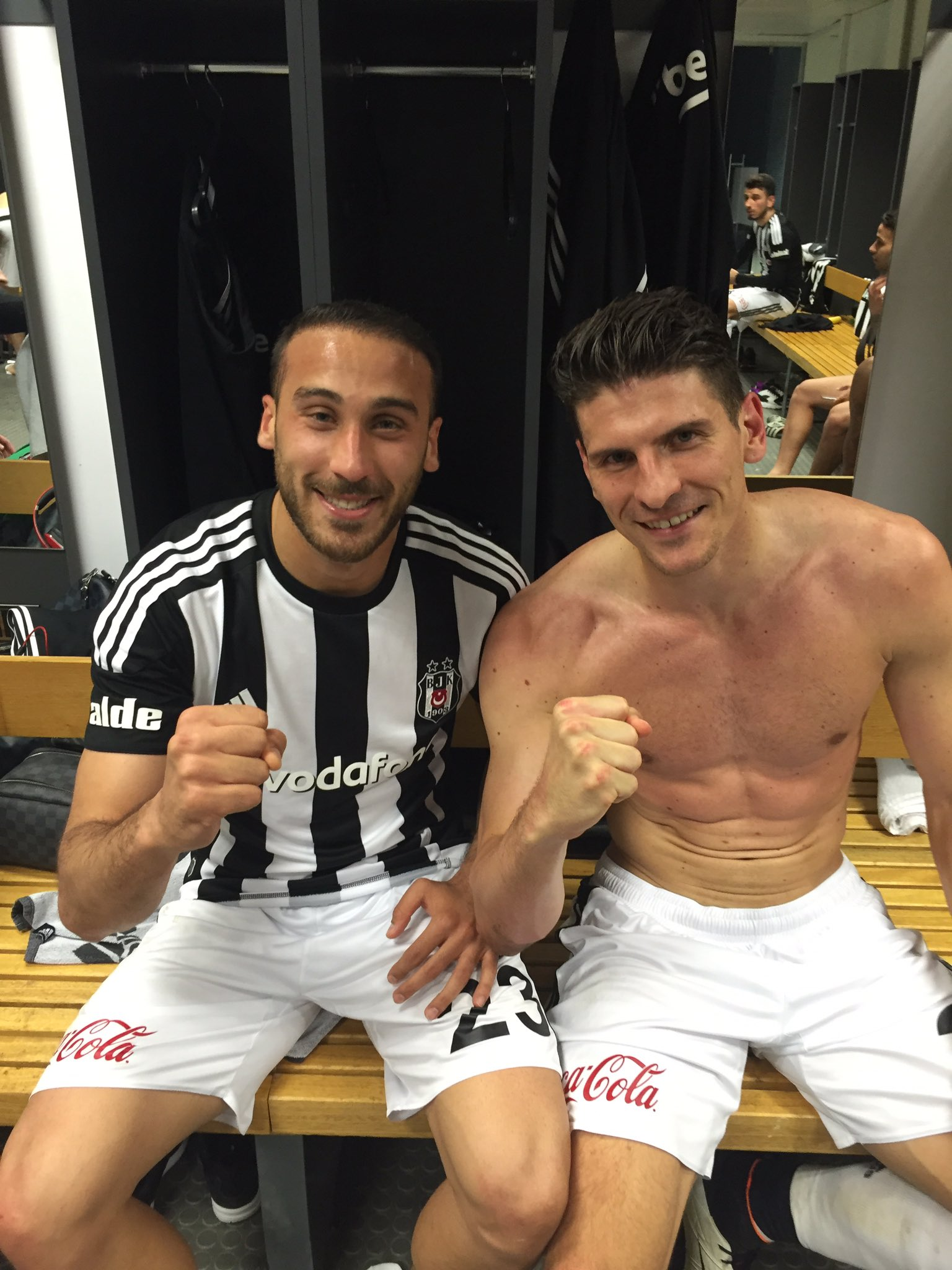 Bu galibiyet ANNE'LERİMİZE !!! ⚽️⚫️⚪️ #gururlan #Beşiktaş #kartal https://t.co/YrSvp0pzrl