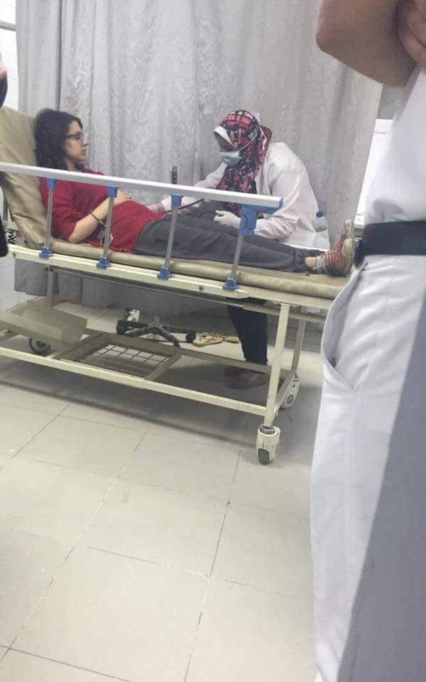 مكلبشيين #مريم_عامر وهي مغمي عليها في السرير ! وسايبيين امناء الشرطة بسلاحهم يقتلوا فالناس فالشوارع ببلاش !! https://t.co/Ipu1nIPriD