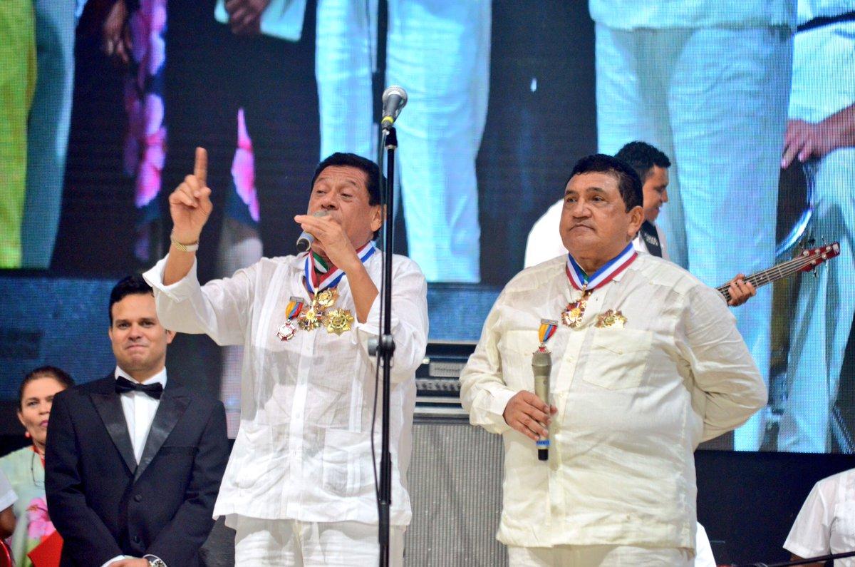 Los homenajeados @PonchoZuleta y @EmilianoZD se dirigen al público en el marco del @FESVALLENATO #SomosPatrimonio https://t.co/TgR1rm74iQ