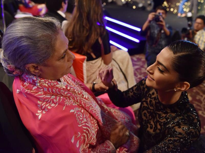Jaya ji with sonam kapoor at HT style award .Gosh jaya ji is motherly.She greets young artist as mom @earth2angel https://t.co/W3TJcAxVhu
