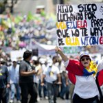 VENEZUELA   Opositores firman para revocar mandato de @NicolasMaduro  https://t.co/tOIkD70QcB @Cual_Democracia https://t.co/NXDWStJHfp