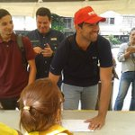 [Video] Chavista lanzó su gorra del PSUV al Guaire y firmó la planilla para el revocatorio https://t.co/icoWHxzAkD https://t.co/SRPqWz3GeQ