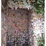 هذا المنزل في مدينة فيرونا الايطالية وهذه الرسائل تركها العشاق هناك يعتقدون أنه منزل جولييت ! https://t.co/YuR4T5hcnv