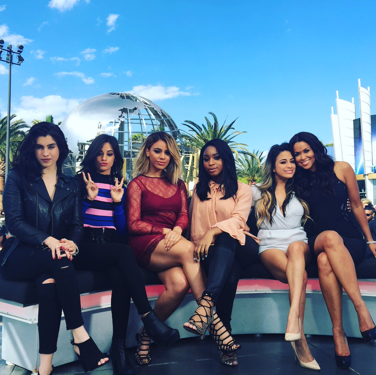 So much fun chatting with the lovely ladies of @FifthHarmony! #FifthHarmony #UniversalExtra https://t.co/IxTH9mYiUj