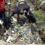 Clogged drainage gives us #NairobiFloods but before calling out Kidero LETS fix our mentality in handling waste https://t.co/8u5OOUxWaw