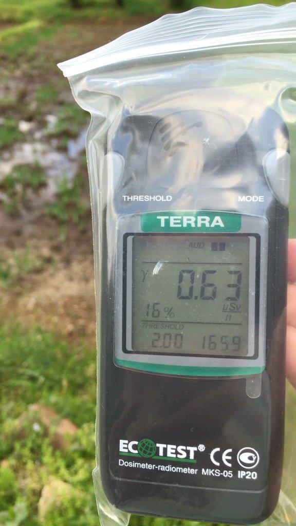 久しぶりに線量計にて自宅周辺をチェックしてみました。地上1mで0.3〜0.6μSv/hぐらいです。 https://t.co/ln10SqNXFW