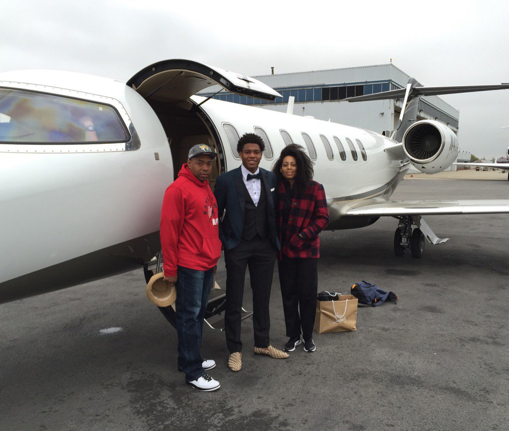 Jalen Ramsey and his parents hopping on Shad's plane to head to Jax https://t.co/d75uXUdItc