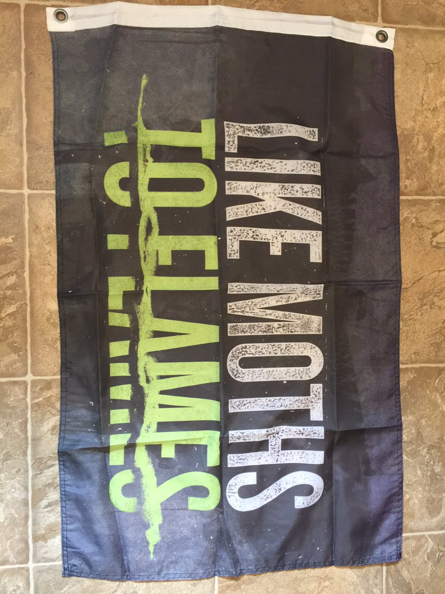 Anyone want this wall flag? Giving it away to one random person who RT's this tweet! @lmtf #tdtwlf https://t.co/kUQJHfvXc7
