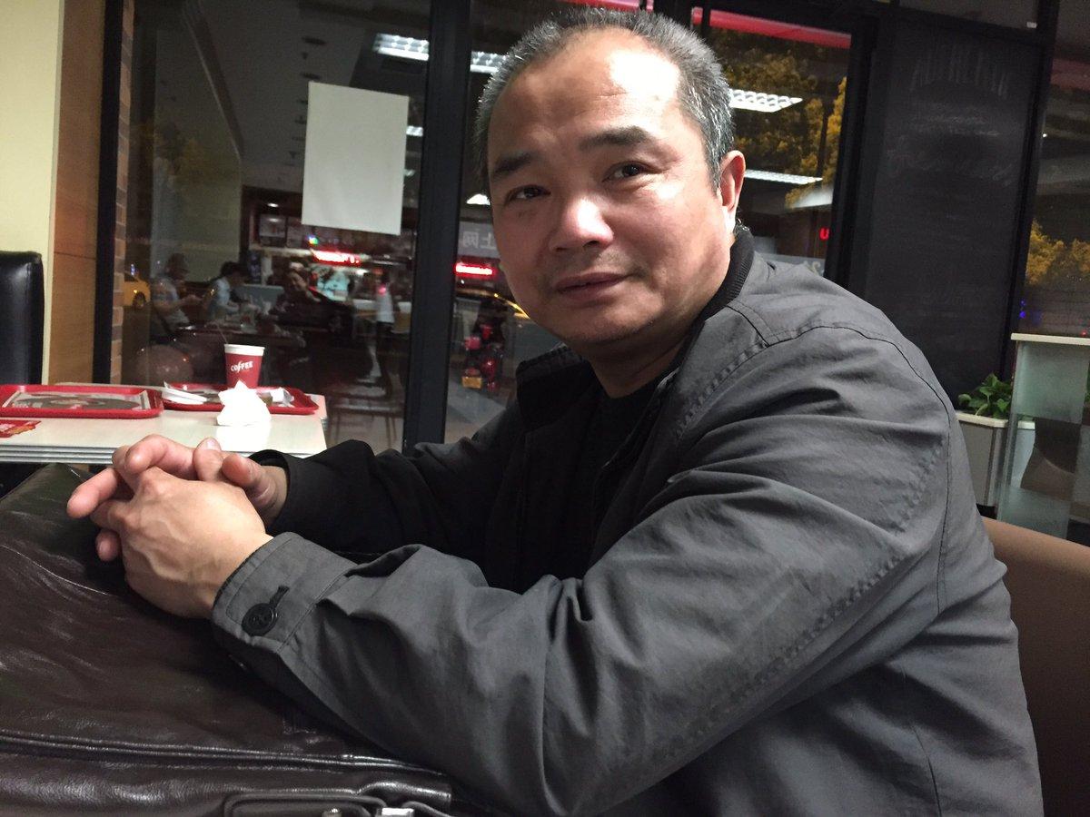 他 一个不知名的朋友 今天买了束鲜花 一个人来苏州祭奠#林昭# 中午10点他来到苏州灵岩山 警察拦住他问:你到山上干啥? 他说:扫墓。 警察:给谁扫墓? 他说:林昭。 警察:跟我们走吧。 于是,回答四个字他被关押了11个小时…… https://t.co/aYPRnmCPSx