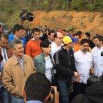 Seguimos intentando ingresar, en compañía de dirigentes de la #MUD y familiares de @leopoldolopez https://t.co/re38OQ9db1