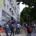 Gupo de oficialistas acaba de atacar a opositores que se reunian para protestar y golpearon a @ChuoTorrealba https://t.co/CFe8SYWB9g