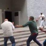 VIDEO Agreden a Chuo Torrealba en los alrededores de Corpoelec - https://t.co/yDMVrgL2fv https://t.co/7q4c40wz6k