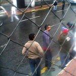 Ofende dip. en la AN https://t.co/0rYXc4FYYW (Vídeo) golpea y daña carros en el CNE y ahora golpea a Chuo Torrealba https://t.co/NpwH715W6x