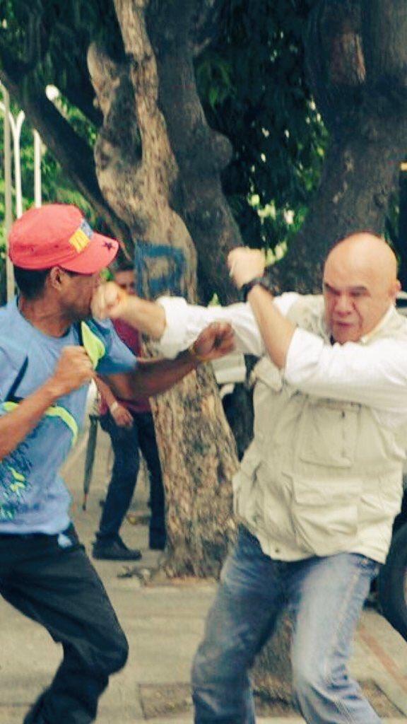 Esta imagen me gusta, @ChuoTorrealba estampándole su buen coñazo a este tarifado cobarde, pa que respete. https://t.co/8rFlKUuiVc