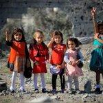 مهما ضاقت الظروف يظل الطفل طفلا يحب المرح والفرح ويريد أن يلعب بأبسط ما يملك. #غزة #ربى_الخير https://t.co/SZyFC16ofE