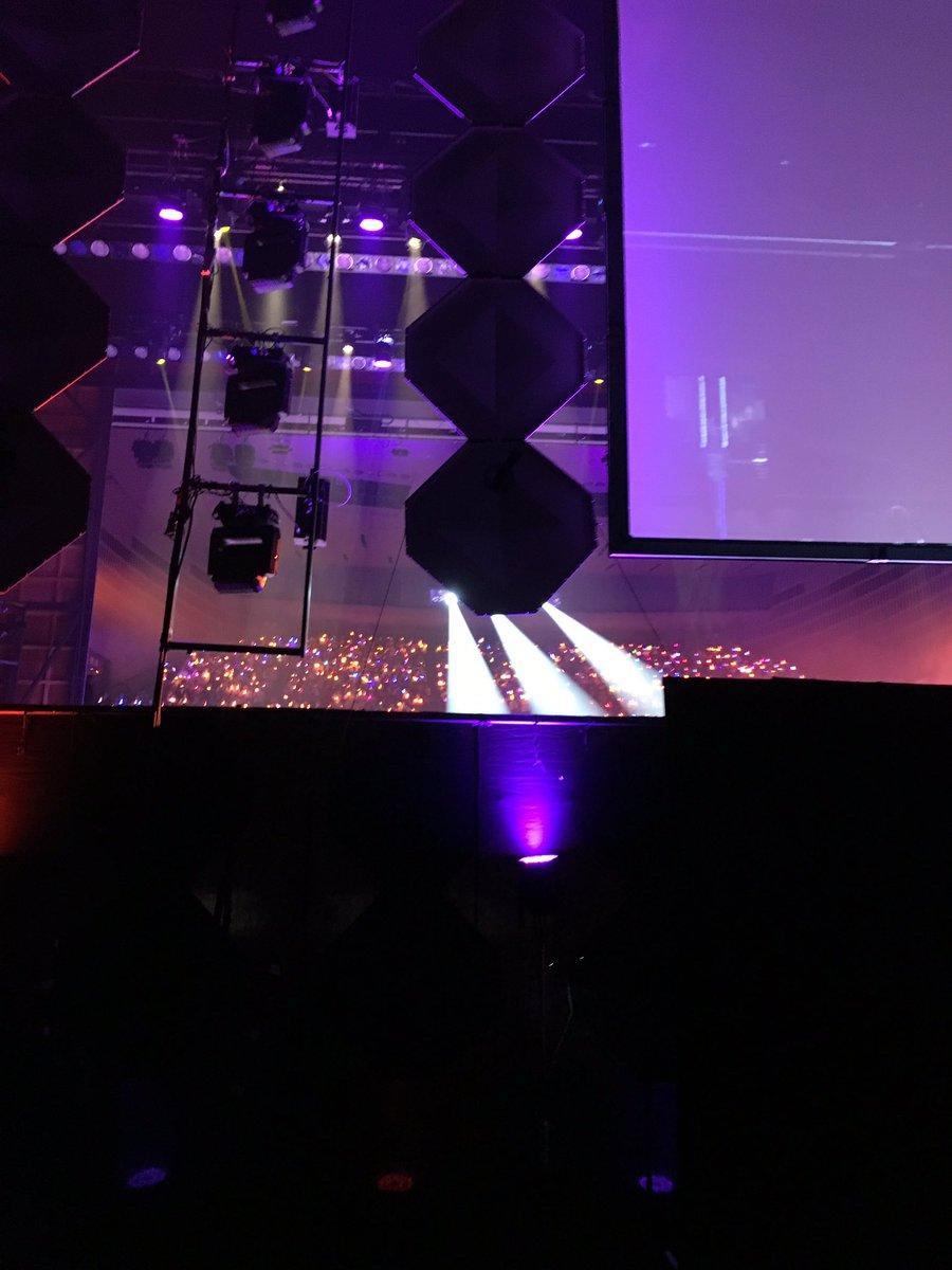 モナカフェス、無事に終わってやや放心状態…。ご来場の皆さん、出演者の皆さん、本当にありがとうございました!写真は舞台裏から見るサイリウムの海。 https://t.co/Kz7bU2gKtk