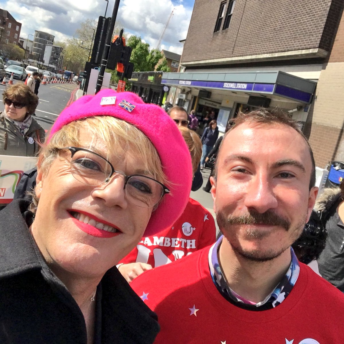 Out in Stockwell with @eddieizzard and the sun is shining! #labourdoorstep @VauxhallLabour https://t.co/o602r9Yhky