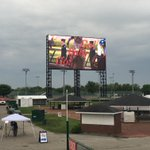 Check out the big screen at #Churchill, cheering on the runners! @wlky https://t.co/SUEL6Ctw2E